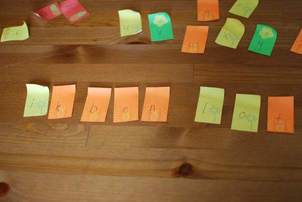 zinnen maken met de letters op sticky notes