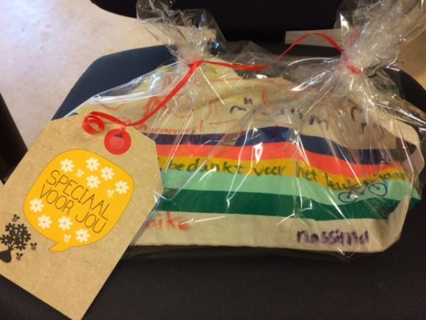 Ingepakt cadeau: tas met textielstiften beschreven