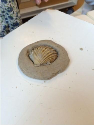 Zelfgemaakte zandklei met schelp