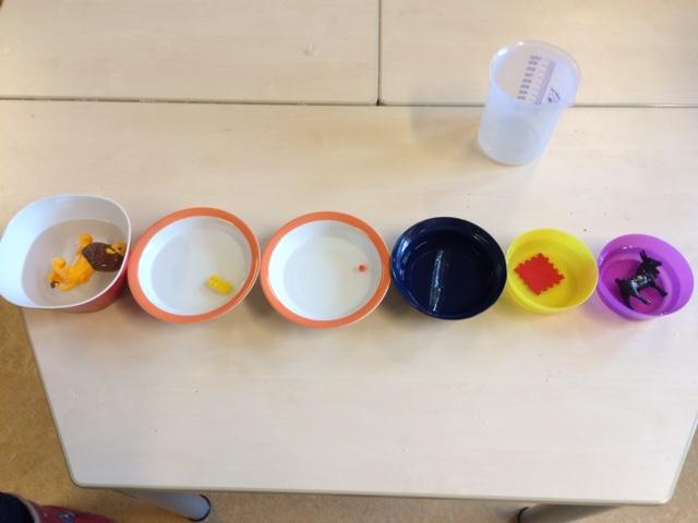 Bakjes gevuld met water en speelgoed