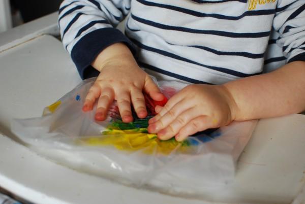 Spelen met boterhamzakje met verf