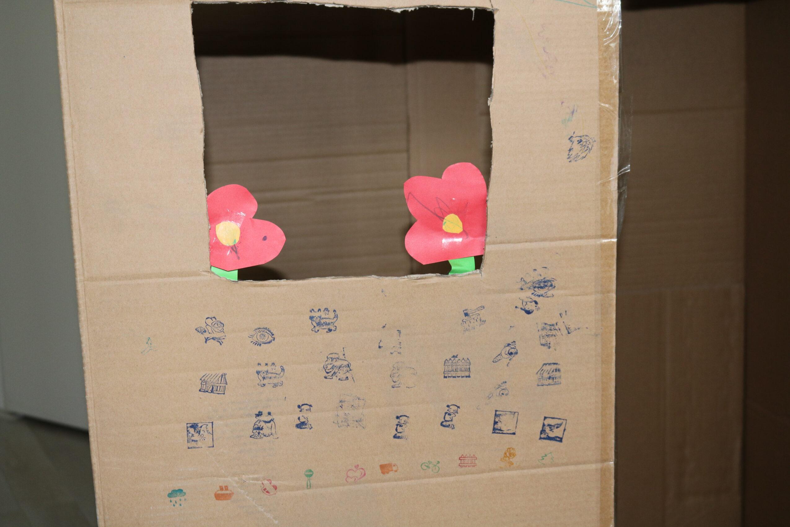 Huisje van een doos versierd.