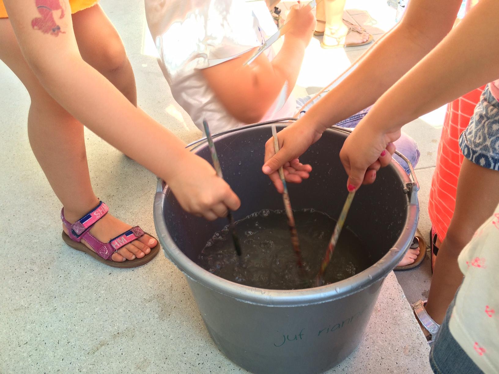 Samenwerken spelen met water