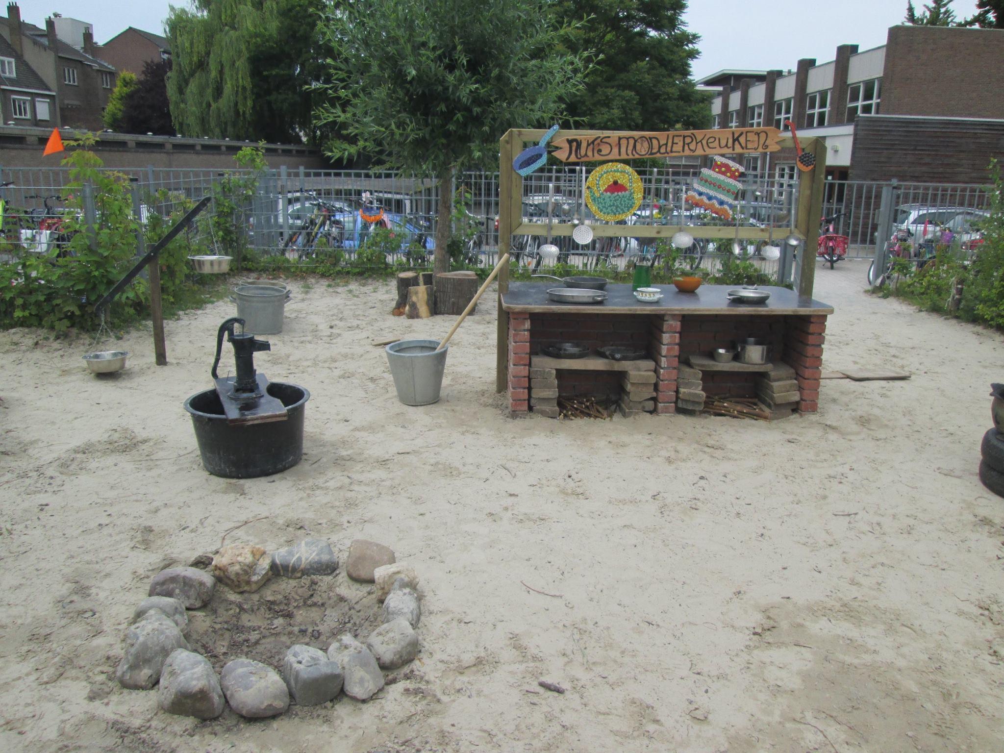 De modderkeuken met waterpomp en balansweegschaal
